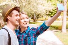 Молодые пары делая selfie в парке Стоковые Фотографии RF