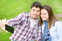 Молодые пары делая selfie Стоковое Фото