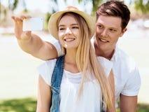 Молодые пары делая selfie outdoors Стоковые Изображения RF