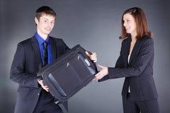 Молодые пары дела с чемоданом имеют потеху Стоковое Фото