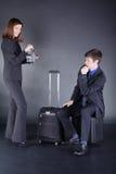 Молодые пары дела с чемоданом имеют потеху Стоковое Изображение RF