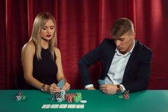 Молодые пары играя покер Стоковое фото RF