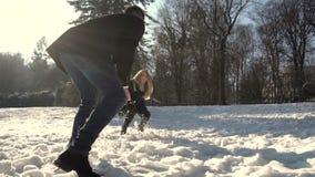 Молодые пары играя снежные комья сток-видео