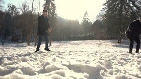 Молодые пары играя снежные комья акции видеоматериалы