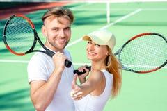 Молодые пары играя теннис стоковые изображения rf