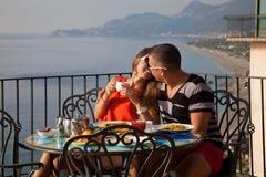 Молодые пары имея еду в ресторане Стоковые Изображения RF