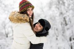 Молодые пары имея потеху и отдыхая в парке Стоковое Фото