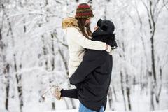 Молодые пары имея потеху и отдыхая в парке Стоковая Фотография RF