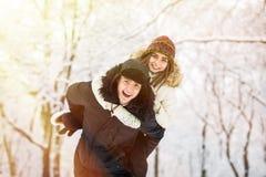 Молодые пары имея потеху и отдыхая в парке Стоковое Изображение RF