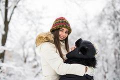 Молодые пары имея потеху и отдыхая в парке Стоковые Изображения