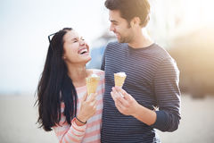 Молодые пары имея потеху с конусами мороженого стоковое изображение rf