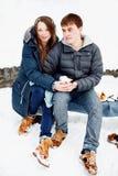 Молодые пары имея потеху outdoors в зиме Стоковые Изображения