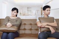 Молодые пары имея проблемы дома Стоковое фото RF