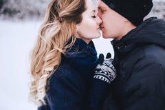 Молодые пары имея прогулку в снежной сельской местности Стоковые Фотографии RF