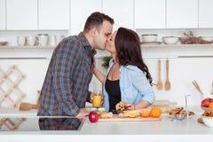 Молодые пары имея романтичный завтрак дома в кухне Стоковое Изображение