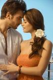 Молодые пары имея романтичный момент праздника Стоковые Изображения RF