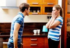 Молодые пары имея ссору в кухне Стоковые Фото