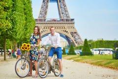 Молодые пары используя велосипеды в Париже, Франции Стоковое Изображение