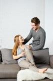 Молодые пары используя компьютер таблетки Стоковое Изображение RF