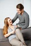 Молодые пары используя компьютер таблетки Стоковая Фотография RF
