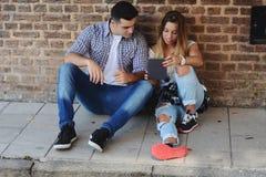 Молодые пары используя таблетку Стоковое Фото