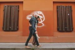 Молодые пары идя в город в дне стоковые фотографии rf