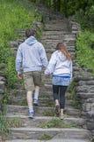 Молодые пары идя рука об руку стоковое фото
