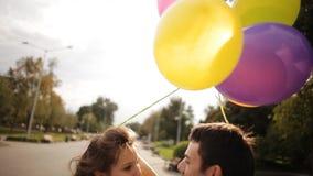 Молодые пары идя через парк в лете видеоматериал