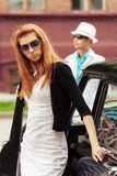 Молодые пары моды в конфликте на ретро автомобиле Стоковые Фото