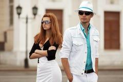 Молодые пары моды в конфликте на улице города Стоковая Фотография RF