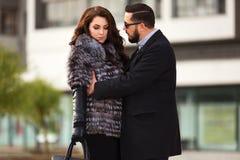 Молодые пары моды в конфликте на улице города Стоковые Изображения