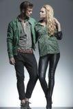 Молодые пары моды держа один другого Стоковые Фотографии RF