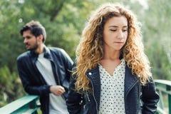 Молодые пары находясь в конфликте в парке Стоковые Изображения