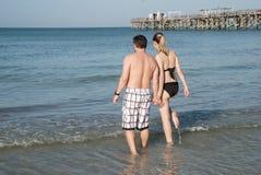 Молодые пары на береге Мексиканского залива, Флорида США стоковые фотографии rf