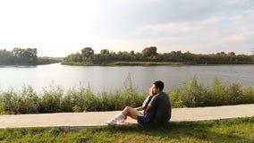 Молодые пары на береге реки slowmotion сток-видео
