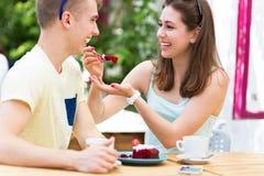Молодые пары на внешнем кафе Стоковые Фотографии RF