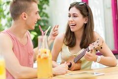 Молодые пары на внешнем кафе Стоковая Фотография