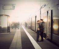 Молодые пары на вокзале стоковое изображение