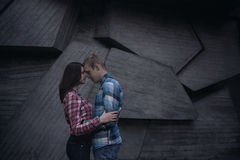 Молодые пары на геометрической стене Стоковое Изображение RF