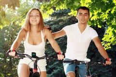 Молодые пары на их велосипедах стоковое изображение rf