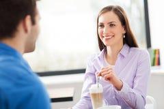 Молодые пары на кафе стоковая фотография