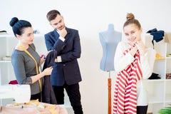 Молодые пары на магазине портноя Стоковые Изображения RF