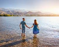 Молодые пары на озере Issyk Kul стоковое изображение