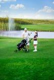 Молодые пары на поле для гольфа Стоковое Изображение