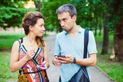 Молодые пары на прогулке с их умными телефонами Стоковые Фотографии RF