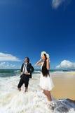 Молодые пары на пляже моря стоковая фотография