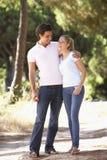 Молодые пары на романтичной прогулке в сельской местности Стоковое Изображение