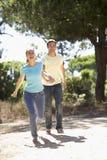 Молодые пары на романтичной прогулке в сельской местности Стоковое Изображение RF