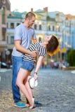 Молодые пары на улице наслаждаясь временем внутри стоковое фото