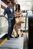 Молодые пары на эскалаторе Стоковая Фотография RF